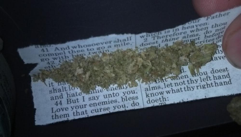 fumar con papel biblia